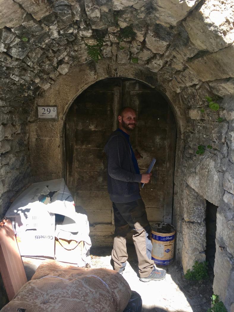 Piccolo Salvoon kuuluu kymmenen tai yksitoista eri osoitetta. Talon kaksi kellari on Via Borgo Valle Vecchia numero 29.